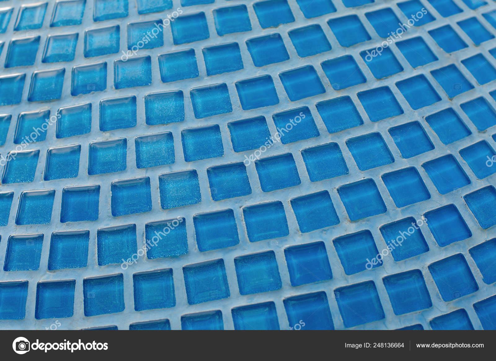 Mosaïque de verre bleu dans la salle de bain. Modèle et la ...