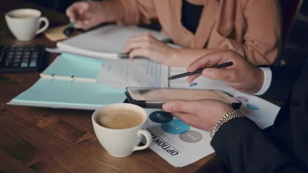 Malé firmy sady office obchodní tým založit společnost plánování tvůrčí setkání pomocí digitálních tablety finanční údaje a grafy. Podnikání, lidé, papírování koncepce