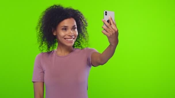 Örülök, fekete nő mosolyog nagyjából veszi selfie portré a fehér sejt telefon