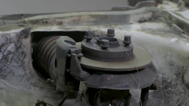 Detailní záběr Staré rezavé auto dílů v dílně