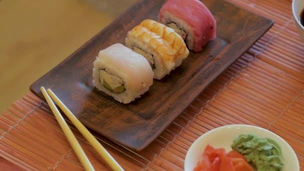 Nahaufnahme von vielen frischen Sushi auf dem Tisch