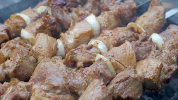 v exteriéru uzavřete gril na kebab. Vepřové maso připravené k požáru.