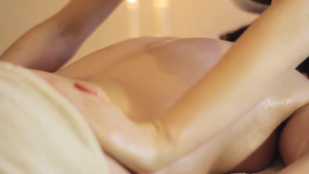 blízko masážního procesu. Ženský ruce dělají masáž v lázních.