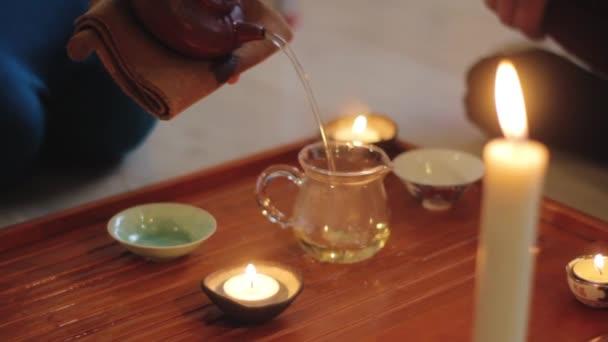 proces čínského čajového obřadu v teplých barvách