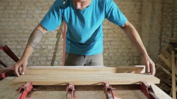 řemesla pracující s přírodním dřevem, dřevěný nábytek výrobní proces
