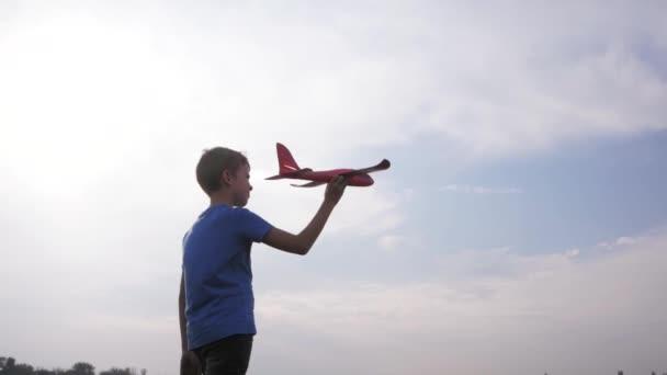 Férfi fiú játszani játék repülőgép a nyári mezők