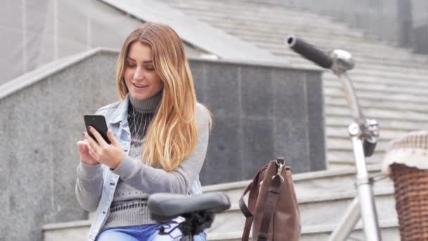 Mladá žena jezdit na retro kole na podzimních ulicích
