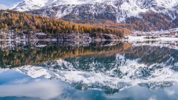 Podzimní hory odraz v jezeře, Švýcarsko