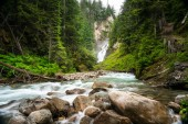 Vízesés alján a kanyon, Glacier Nemzeti Park, Bc, Kanada, egy felhős nyári napon