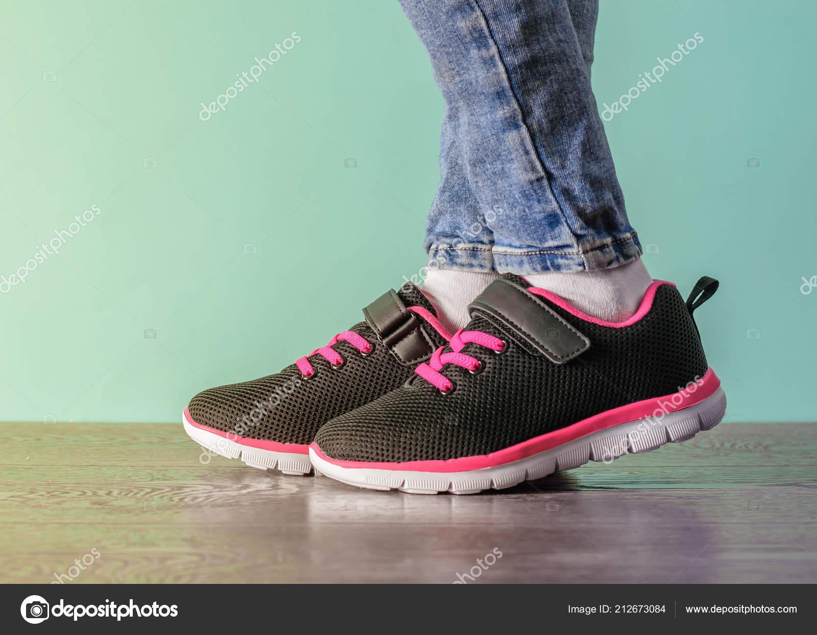 Mädchen Beine Zerrissenen Schwarze Jeans Rote Und Das Om8nNwv0