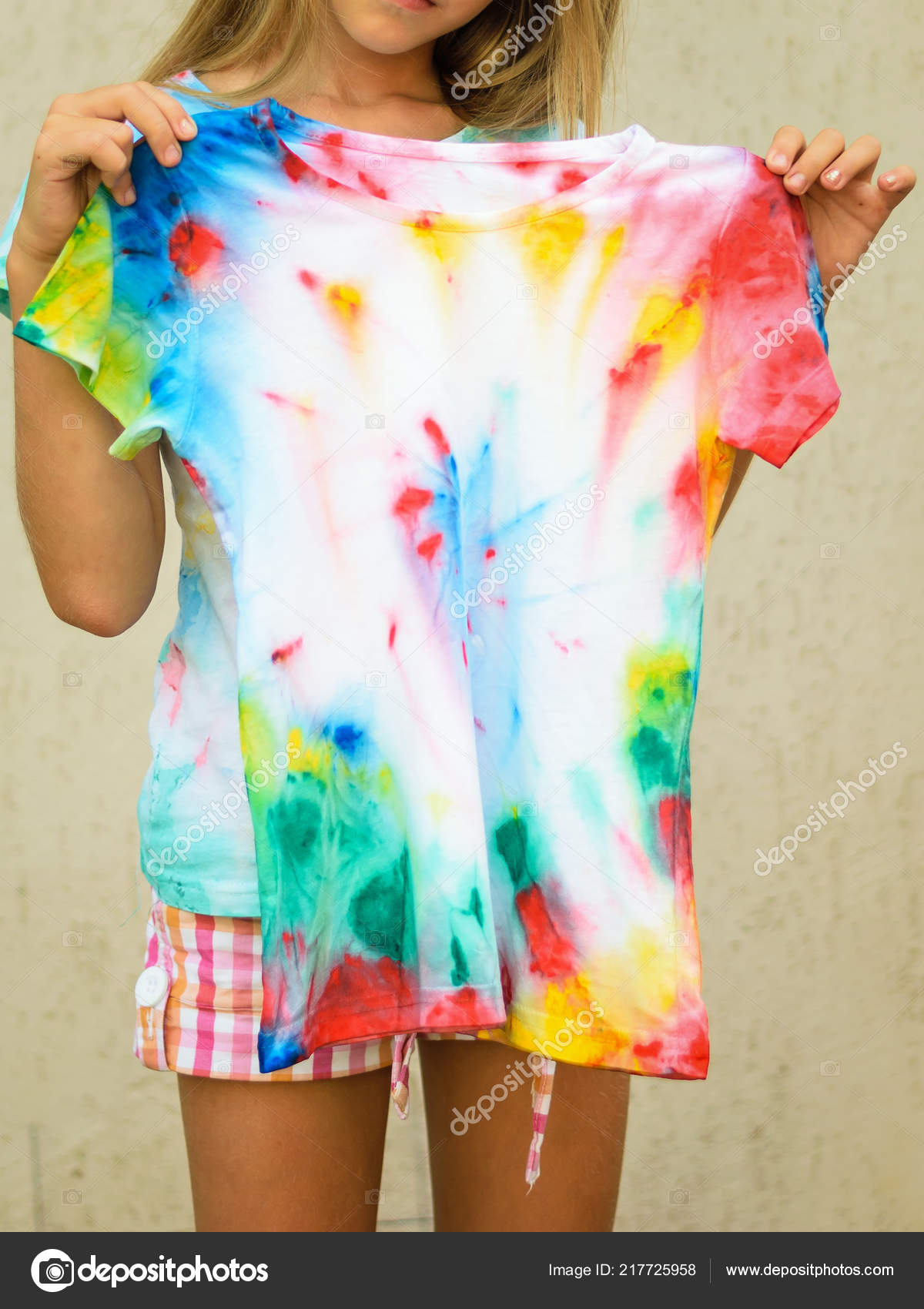 df09251a Girl Trying Shirt Painted Style Tie Dye White Clothes Painted — Stock Photo