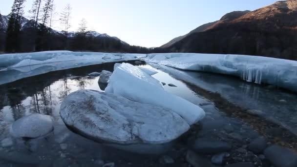 tající ledovce na řece na jaře v horách