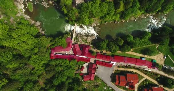A légi felvétel a nyári hegyi folyó. A légi felvétel a Kárpát-hegység.