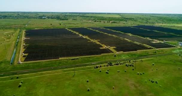 Areal letu nad pole solárních panelů