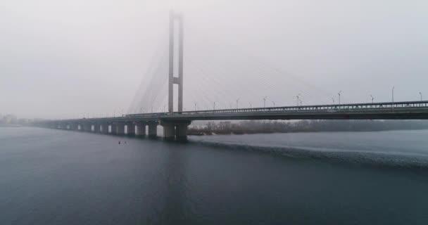 Jižní most v mlze. Letecký pohled na jižní Metro kabelový most. Kyjev, Ukrajina.