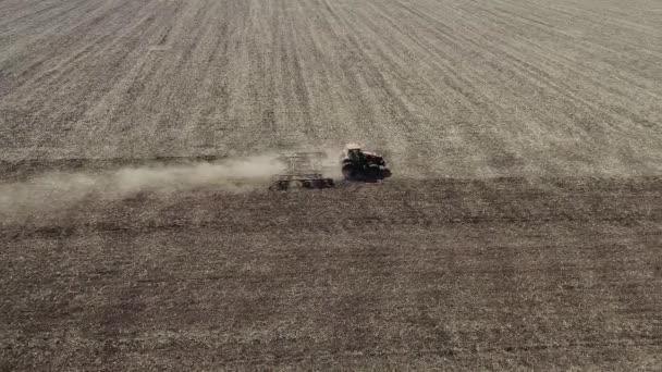Traktor pracující na farmě, moderní zemědělská doprava, zemědělec pracující v terénu, úrodná půda, pěstování půdy, zemědělská mašin