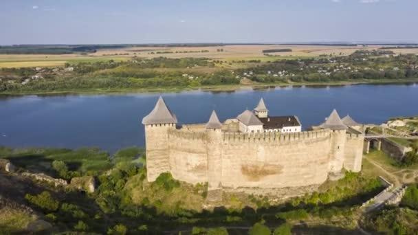 Letecký pohled na starý hrad u řeky. Hotyn Castle na Ukrajině. Východní Evropa. Hyperlapse.