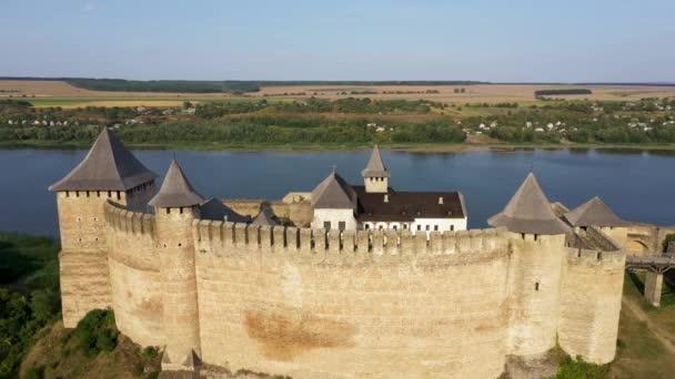 Légi kilátás a régi kastély közelében a folyó. Hotyn Castle Ukrajnában. Kelet-Európa. Nagyítás.