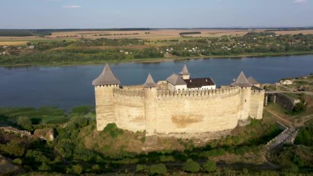 Légi kilátás a régi kastély közelében a folyó. Hotyn Castle Ukrajnában. Kelet-Európa. Követés balról jobbra.