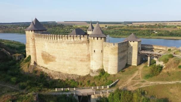 Letecký pohled na starý hrad u řeky. Hotyn Castle na Ukrajině. Východní Evropa. Naklonit nahoru.