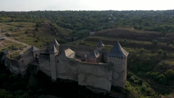 Letecký pohled na starý hrad u řeky. Hotyn Castle na Ukrajině. Východní Evropa. Sledování zleva doprava.