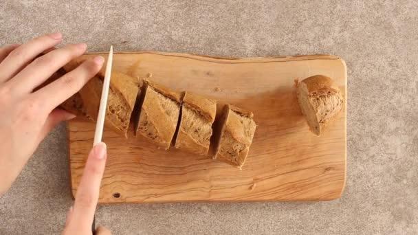 Čerstvé plátky žitné bageta na dřevěném prkénku. Vodorovný řez. Copyspace