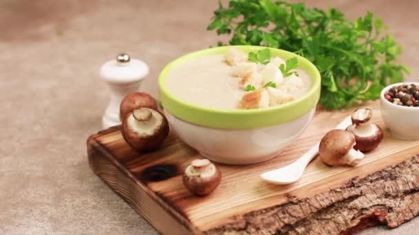 Chutné pyré Houbová polévka v hliněné misky s ingrediencemi na prkénku. Pojem zdravé potraviny. Šedé béžové pozadí. Horizontální zobrazení
