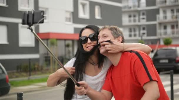 Figyelembe véve a Selfie szerelmes pár. Ülnek a kerékpár. Ölelés és a flörtölni egymást.