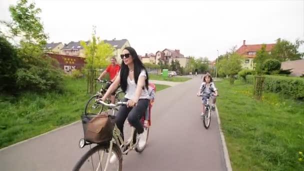 Šťastná rodina, jízdu na kolech. Spolu stráví tentokrát.