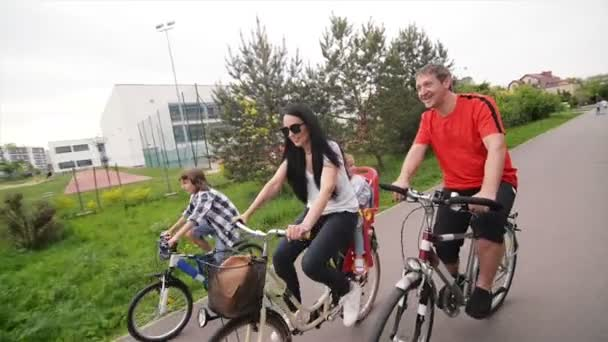Rodina tráví letní dovolenou společně. Oni mají hodně zábavy svézt na jízdní kola.