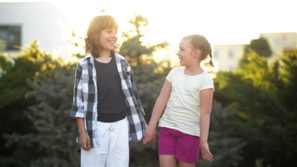 Šťastné děti semkl. Chlapec a dívka bavit venku