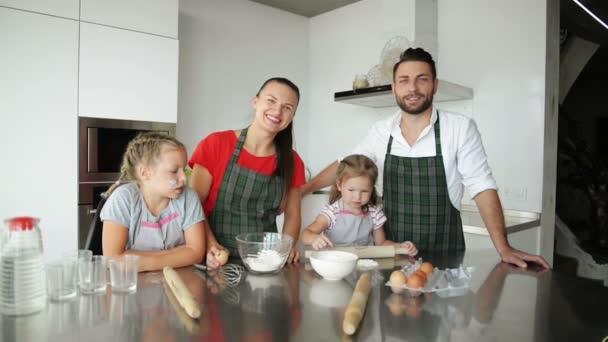 Rodiče učí děti vaření. Jsou dětem Ukázat, jak vařit těsta.