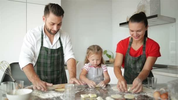 Šťastná rodina, společné vaření. Mladí dcery pomáhají svým rodičům. Mají spoustu zábavy. HD, dobrou náladu, zábavu, kuchyně.