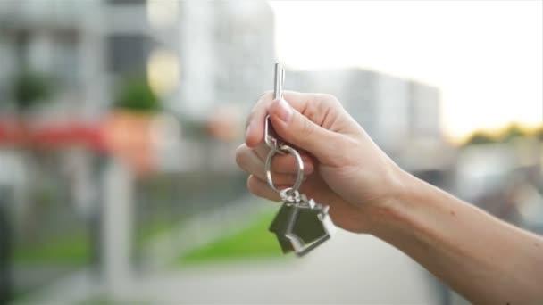 Mano che tiene la chiave da una nuova casa.