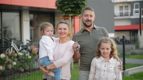 Šťastná rodina jejich nového domu. Pojem Real Estate. Mají hodně zábavy spolu.