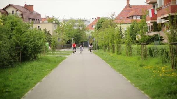 Členové šťastné rodiny trávit čas spolu venku. Mají spoustu zábavy, jízda na kolech.
