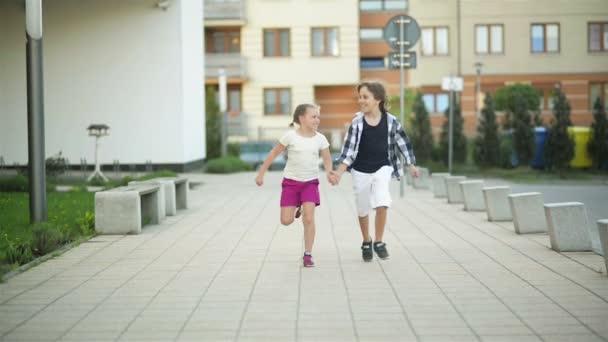 Dvě šťastné děti splynout držel ruku. Jejich vlna Blond vlasy se na vítr.