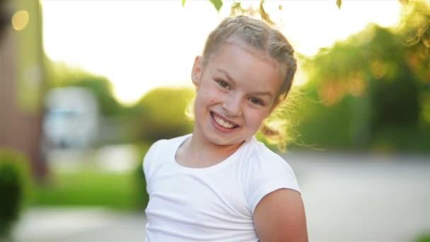 Porträt eines fröhlich lachenden Mädchens. sie lächelt und hat eine Menge Spaß.