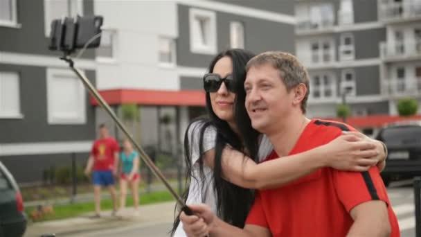 A fiatal pár ölel az utcán. Nekik van sok móka együtt. Selfie