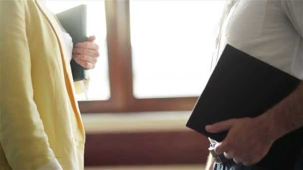 Mladý obchodník s ženami potřese rukou. Obchodní schůzka pro prodej, řeč o nabízení nových produktů zákazníkům.