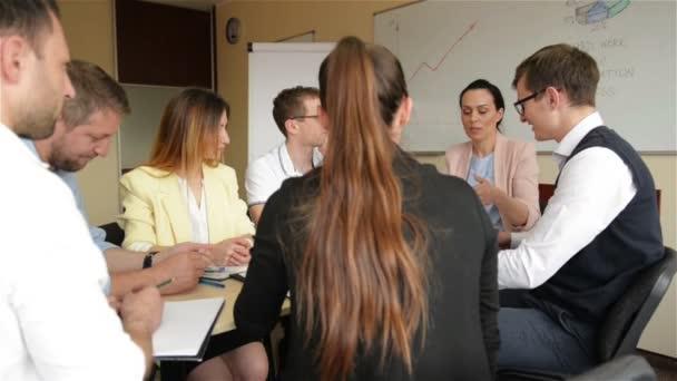 Zaměstnanci sady Office diskuse o tvůrčím projektu v zasedací místnosti. Skupina mladých zaměstnanců pracujících společně a plánování důležitého přiřazení v moderním kavkazském startu v kanceláři