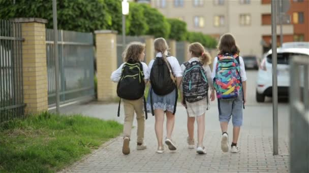 Schüler, ein Junge und ein Mädchen, gehen mit Rucksäcken zur Schule. Rückseite. zurück zur Schule, Wissenstag
