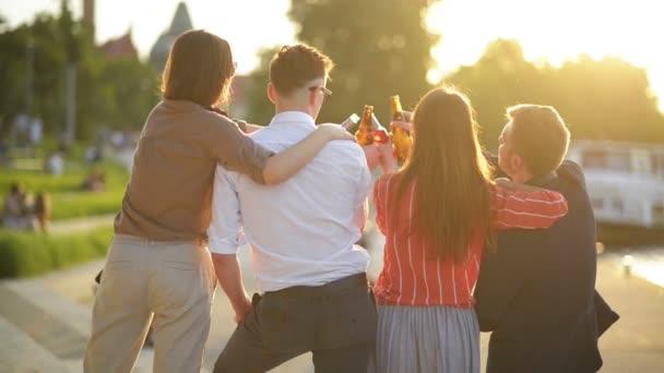 Gruppo di studenti che soggiornano al Park Insieme. Giovani che tifano con bottiglie di birra durante lestate. Concetto di buon umore e positivo con gli amici.