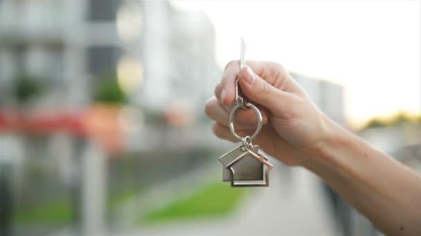Ruce drží klíč z nového domu.