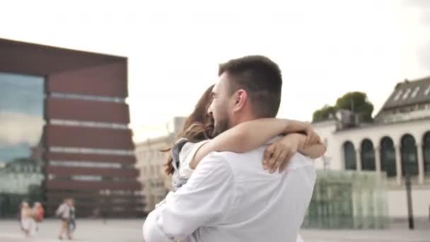verliebtes Paar, Spaß und Freude beim gemeinsamen Drehen in Zeitlupe in der Stadt
