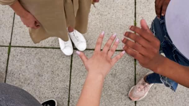 Multirassische Hände zusammen. Symbol des Miteinanders.