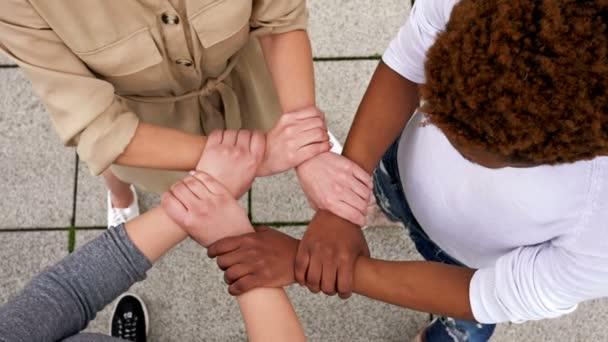Symbolischer Handplexus mit unterschiedlichen Hautfarben.