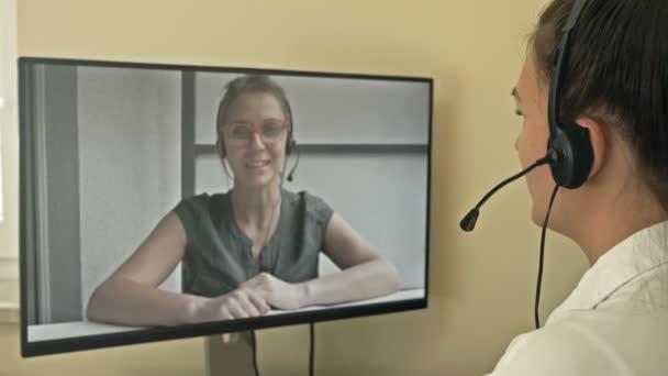 Freiberuflichkeit und Fernarbeit. Geschäftsfrau kommuniziert mit einem Kollegen über das Internet.