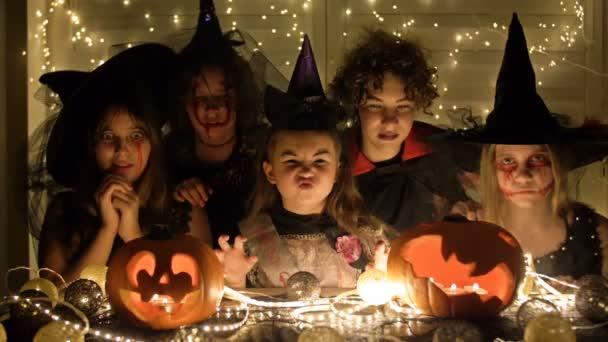 Gyerekek szórakoznak együtt a Halloween fesztiválon, barátok a Halloween partin.