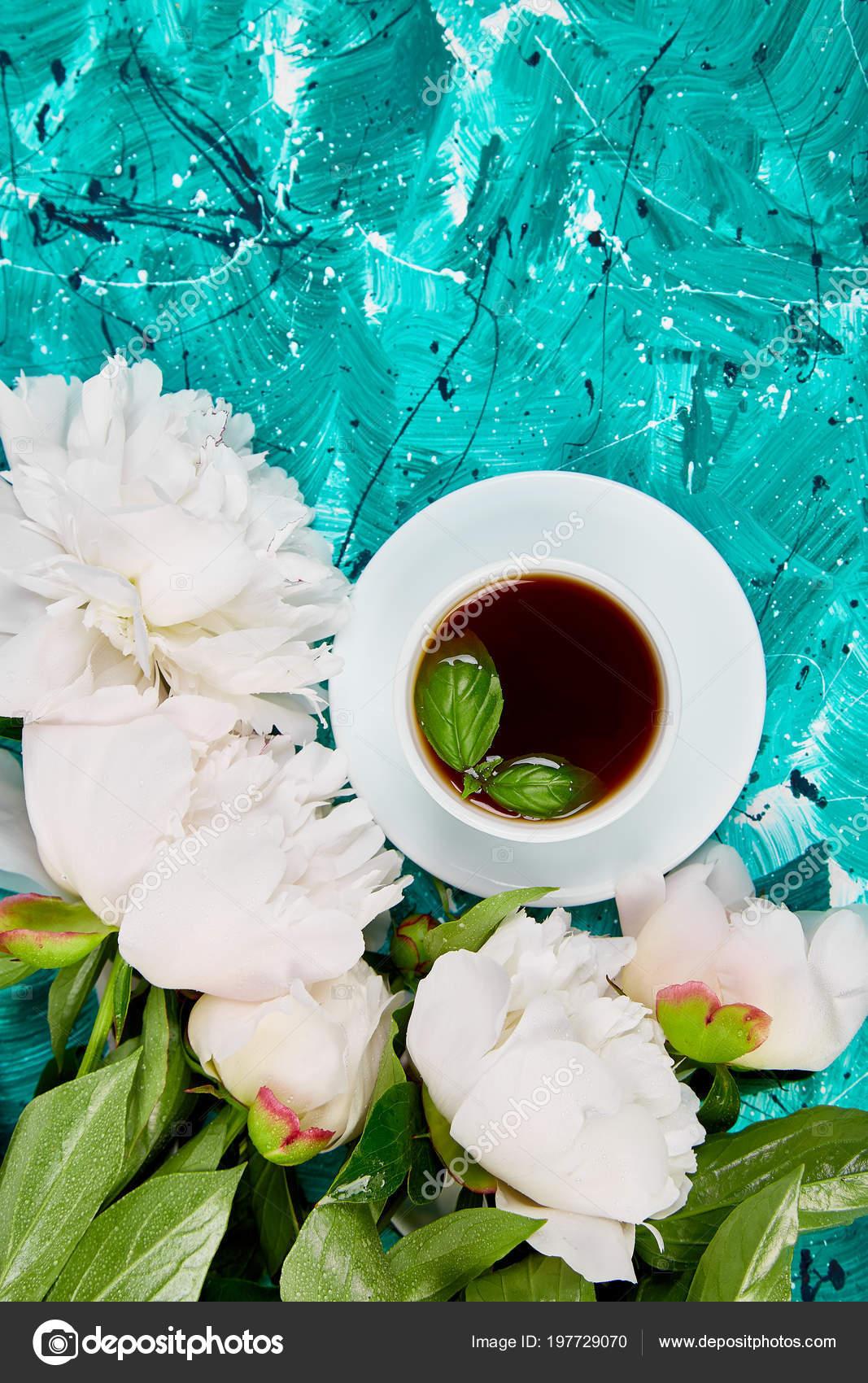 Guten Morgen Tee Und Bouquet Von Weißen Pfingstrose Auf